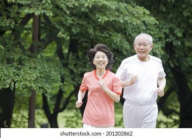 The elderly couple running a marathon in the park