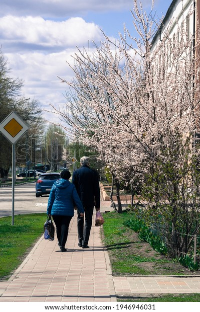 elderly-couple-walks-along-city-600w-194