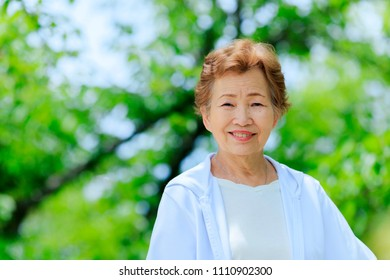 Elderly Japanese women and green