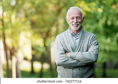 Homem idoso sorrindo ao ar livre na natureza