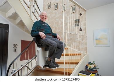 Ältere Menschen auf der Treppe mit Treppenlift