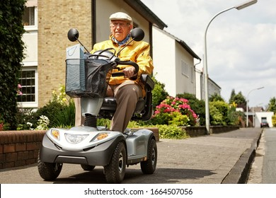 Ein älterer Mensch fährt ein Elektrofahrzeug
