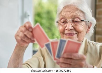Ältere Frauen im Wohnzimmer, Spielkarten