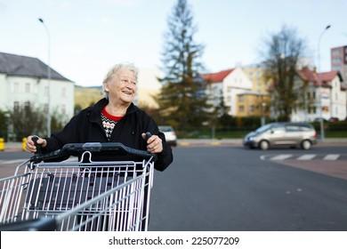 Ältere Frau mit Einkaufswagen, Lebensmittelgeschäft/Supermarkt