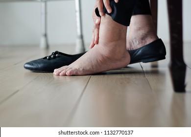 Ältere Frau geschwollene Füße ziehen Schuhe