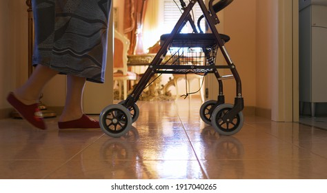 Ältere Frauen gehen mit dem Lauflerner drinnen. Details der Beine und Zeitlupe.