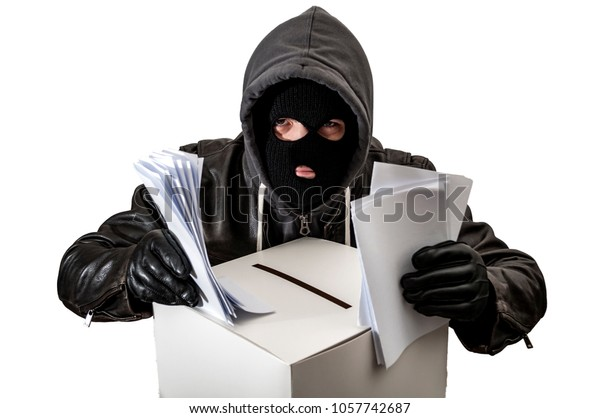 Wahlbetrug und Wahlfälschung mit einem Dieb, der einen Hoodie, Skimaske und Lederhandschuhe trägt, ist Wahlurne, die eine Wahlurne mit einem Wahlurnen gefüllt, einzeln auf Weiß mit einem Beschneidungspfad
