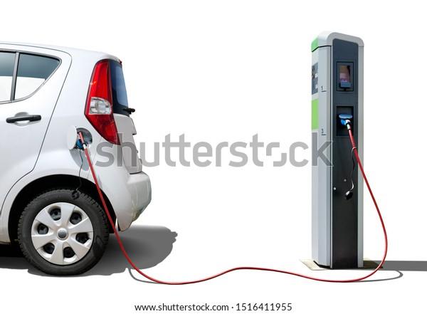 Elektroauto auf Ladestation einzeln auf Weiß