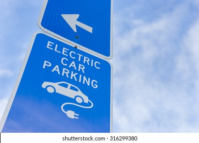 Electric car parking sign in blue with arrow