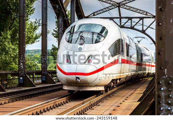 Electric InterCity Express in Frankfurt, Deutschland an einem Sommertag
