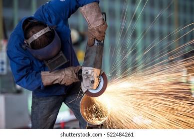 Elektrisches Radschleifen auf Stahlstruktur in der Fabrik (Fokus auf Elektroradschleifen)