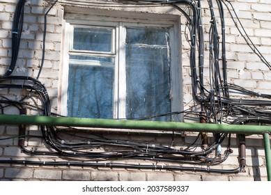Elektrische Kabel an der Hauswand.