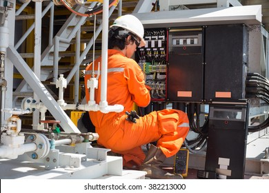 Electrical and instrument technician just maintenance electric system, offshore oil and gas electrical and instrument services.