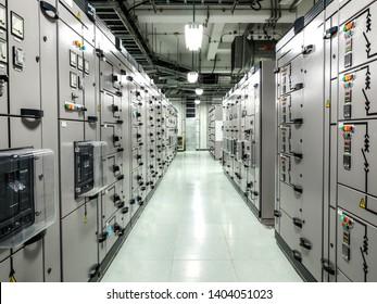Elektrische Schaltanlagen, Industrielle Schalttafeln in der Umspannzone im Kraftwerk mit geschlossenem hochauflösendem 50M Pixelkonzept, das der Kunde für große Dateien verwenden kann.