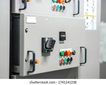 Elektrische Schaltanlagen, Industrielle Schalttafel in Unterstationen im Industriegebiet des Kraftwerks