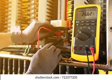 Elektrisches Terminal in Anschlussdose und Service durch Techniker. Elektrische Geräte in der Kontrollleiste für Unterstützungs- und Kontrollfunktionen durch PLC. routinemäßige Kontrollausrüstung durch Techniker.