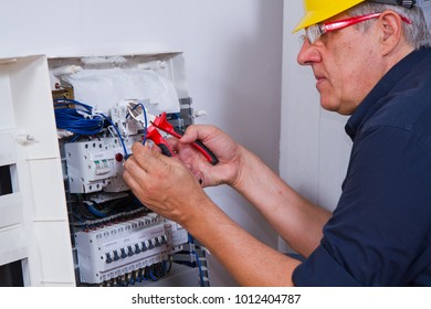 electrician fitting en electronic plant