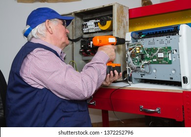 electrician fixing eletrical devices