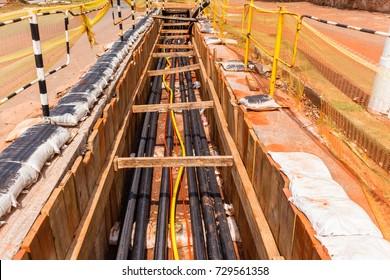Installationstrends für Stromkabel In unterirdischen Gräben entlang der Straßen wurden neue elektrische Hochspannungsleitungen installiert.