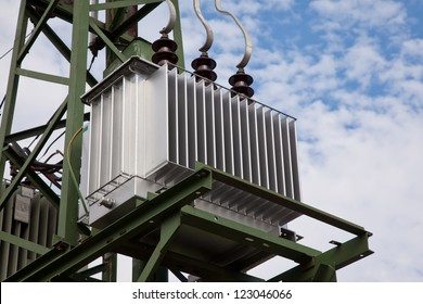 Electricity distribution transformer with cooling ribs