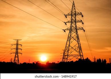 Strompylonen bei Sonnenuntergang