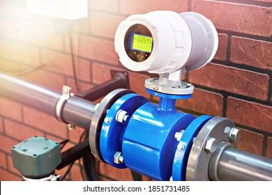 Electromagnetic flowmeter detector and water pipeline