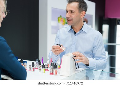 electronic cigarette store seller