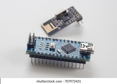 Electronic component: microcontroller and radio module
