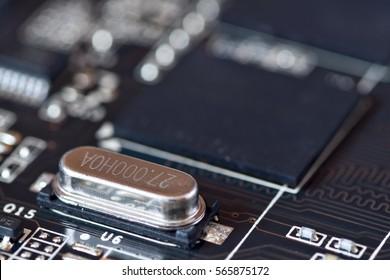 Electronic oscillator circuit mounted on motherboard