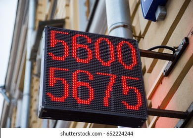 The electronic scoreboard exchange rate of the ruble to the dollar