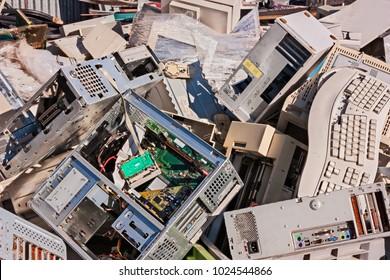 Elektronische Abfälle: alte Computer, Monitore und andere Geräte zum Wiederverwerten