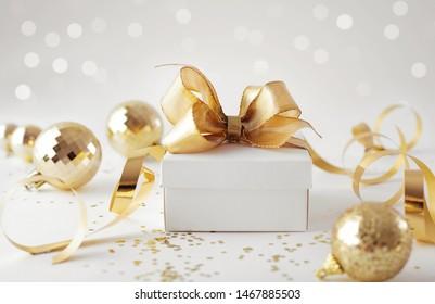 Elegante Geschenkbox und Weihnachtsschmuck