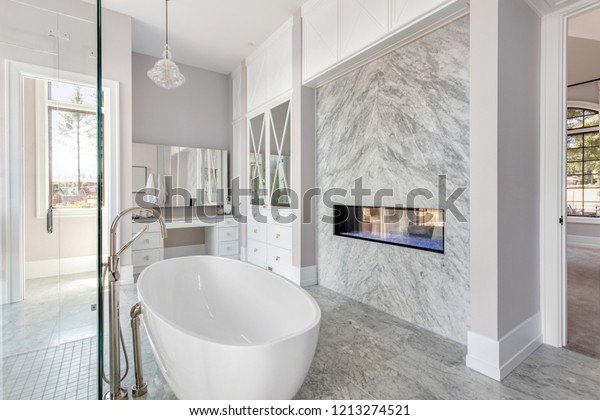 Foto de stock sobre Elegante cuarto de baño con chimenea ...