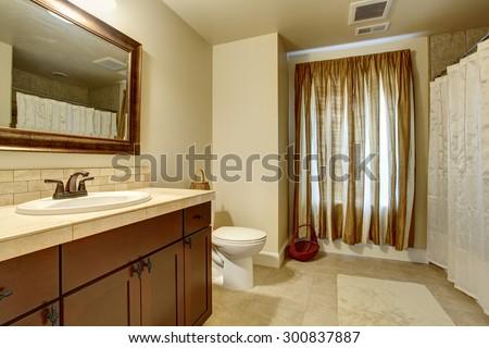 Merveilleux Elegant Bathroom With Tan Interior Paint, And Window Curtain.