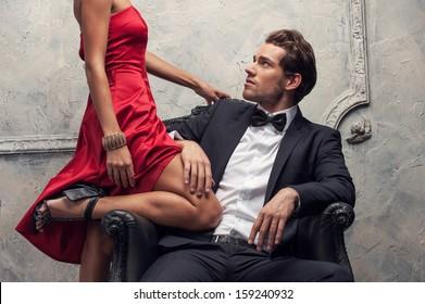Elegantes Ehepaar, das klassische Kleidung trägt. Nahaufnahme, Schnittaufnahme