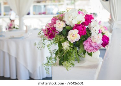 Elegant flower decoration on the table in restaurant for an event party or wedding wedding table