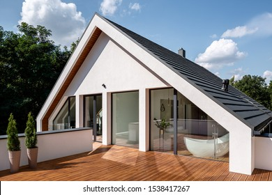 Elegante Holzterrasse mit Balkontüren vom Badezimmer und Schlafzimmer