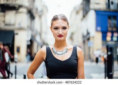 An elegantly dressed blonde in the city.