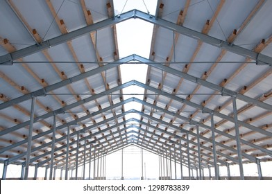 The element of the roof of the sandwich panels. Installation of the roof of the sandwich panels on the metal frame.