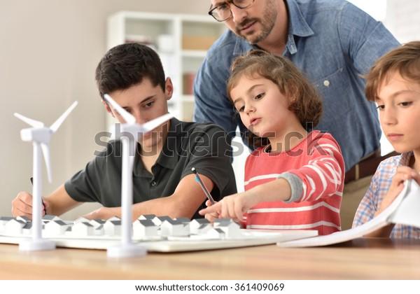 Estudiantes de primaria que aprenden sobre energía renovable