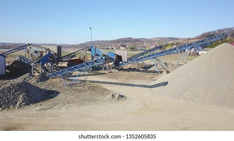 Elements of equipment for the extraction and sorting of rubble. Production of construction materials. Metal construction for working with stone and rocks. Slag of gravel under the conveyor belt.