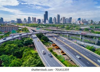 Schnellstraße. Die Kurve der Hängebrücke, Thailand. Luftbild. Draufsicht. Landschaftsstraße.