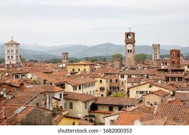 Vue dégagée sur les toits de tuiles de terre cuite de l'ancienne ville fortifiée de Lucques dans la région toscane d'Italie