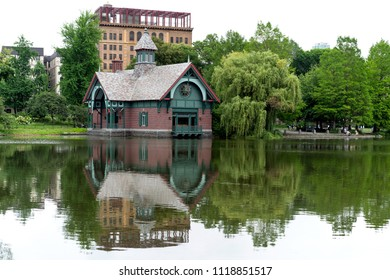 Eleven acres of water surrounded by lush vegetation and immersed in a tranquil atmosphere compose the Harlem Meer.