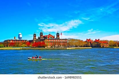 Ellis Island in der Upper New York Bay. Es war ein Tor für Einwanderer. Region Manhattan, New York City, USA. Gebäude der amerikanischen Architektur. Metropolis NYC. Stadtbild. Hudson, East River