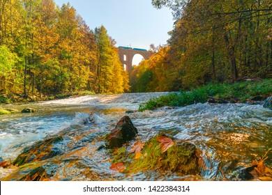 Elster Viadukt ist eine Eisenbahnbrücke im Bundesland Sachsen in Vogtland. Der Viadukt wurde von 1846 bis 1851 gebaut und hat 12 Millionen Steine.