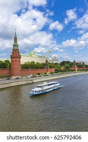 Embankment of the Moscow Kremlin.  View Moscow Kremlin from Big Stone Bridge