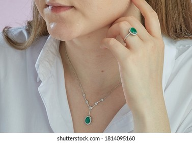 Emerald diamon necklace and ring on women