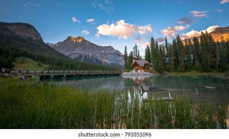 Emerald lake with Emerald lake Lodge and mountains in the background