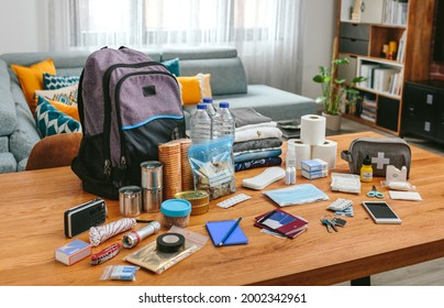 Matériel de sac à dos d'urgence organisé sur la table dans le salon